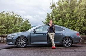 Skoda Auto Deutschland GmbH: Probe bestanden: Schauspieler Samuel Finzi begeistert vom neuen SKODA Superb