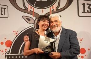 """13TH STREET: Der """"Shocking Shorts Award 2009"""" des Senders 13TH STREET ging an Julia Zimanofsky - Mario Adorf überreichte der Jungregisseurin den 13TH STREET-Kurzfilmpreis (mit Bild)"""