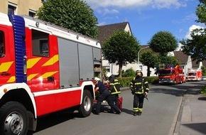 Feuerwehr Plettenberg: FW-PL: OT-Eschen. Rettungsdienst- und Brandeinsatz fast gleichzeitig nur wenige Häuser voneinander entfernt.