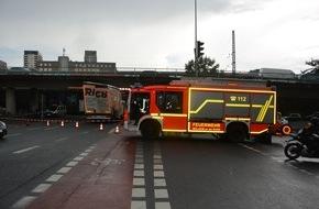 Feuerwehr Mülheim an der Ruhr: FW-MH: LKW bleibt unter Brücke stecken