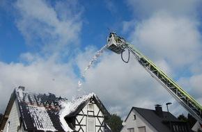 Feuerwehr Attendorn: FW-OE: Dachstuhlbrand zerstört Wohnhaus in Attendorn