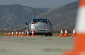 CosmosDirekt: Trainings für Kraftfahrer: Richtig abgesichert auf dem Verkehrsübungsplatz