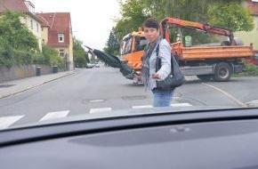 HUK-Coburg: Tipps für den Alltag: Achtung am Fußgängerüberweg / Auch wenn Passanten am Zebrastreifen Vorrang haben, dürfen sie sich ihr Vorrecht nicht erzwingen