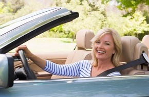 CosmosDirekt: Tipps für das Sonnenbaden auf vier Rädern:Worauf Cabrio-Besitzer achten sollten