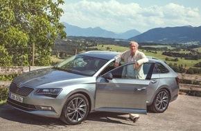 Skoda Auto Deutschland GmbH: Charakterdarsteller trifft Raumriesen: August Zirner testet neuen SKODA Superb Combi