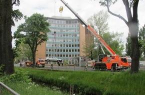 Feuerwehr Düsseldorf: FW-D: Auto in der Düssel