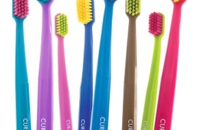 CURAPROX: Inchangée depuis 1978, la brosse à dents Curaprox est maintenant disponible en 36 couleurs