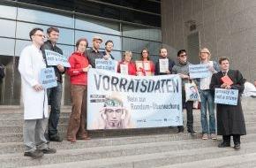 Campact e.V.: Datenschützer: Neue EU-Kommission soll Vorratsdatenspeicherung beerdigen / Campact, Digitalcourage, der Digitale Gesellschaft und AK Vorrat übergeben über 100.000 Unterschriften (FOTO)