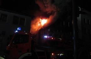 Polizeiinspektion Hameln-Pyrmont/Holzminden: POL-HM: Brand eines Fachwerkhauses in der  Holzmindener Innenstadt verursacht hohen Sachschaden - Ortsfeuerwehr mit starken Kräften vor Ort / keine Verletzten -