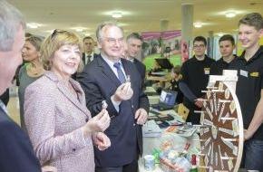 Deutsche Kinder- und Jugendstiftung GmbH: Daniela Schadt und Ministerpräsident Dr. Reiner Haseloff ehren Schülerfirmen mit dem Qualitätssiegel KLASSE UNTERNEHMEN