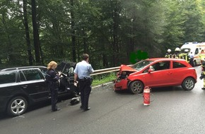 Feuerwehr Attendorn: FW-OE: Verkehrsunfall mit 3 verletzten Personen auf Landstraße zwischen Attendorn und Olpe