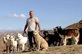 """sixx GmbH: König der Hunde! Der berühmteste Hundetrainer der Welt startet mit neuer Show: """"Cesar Millan: Auf den Hund gekommen"""" ab 9. Juli 2014 um 20.15 Uhr auf sixx"""
