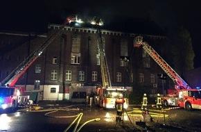 Feuerwehr Düsseldorf: FW-D: BRAND in der ehemaligen JVA Ulmer Höhe - Feuerwehr mit Großaufgebot im Einsatz