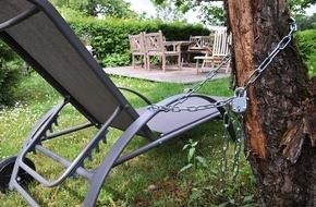 HUK-Coburg: Tipps für den Alltag: Als die Gartenmöbel Laufen lernten /  Hausratversicherung zahlt, wenn Gartenmöbel gestohlen werden