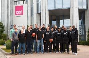 medi GmbH & Co. KG: Gut gerüstet in die neue Saison: Die Basketball-Mannschaft medi bayreuth besucht den Hauptsponsor