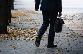 HUK-Coburg: Wenn die Blätter fallen / Herbstlaub kann Straßen in rutschige Flächen verwandeln