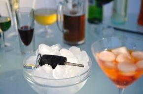 HUK-Coburg: Tipps für den Alltag: Fasching, Alkohol und Autofahren: Keine gute Idee / Alkohol kann Versicherungsschutz kosten -  Beifahrer:  Mitverschulden möglich - auch Radfahrer müssen nüchtern sein
