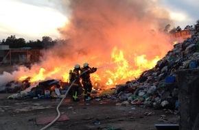 Kreisfeuerwehrverband Calw e.V.: FW-CW: Auf dem Simmozheimer Recyclinghof brannte Restmüll