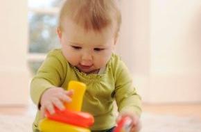 Mattel GmbH: Fisher-Price schenkt Babys eine Farbring-Pyramide