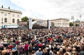 BMW Group: Staatsoper für alle 2015: Über 40.000 Besucher feiern Daniel Barenboim, Lisa Batiashvili, den Staatsopernchor und die Staatskapelle Berlin auf dem Bebelplatz
