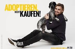 """PETA Deutschland e.V.: Marcel Schmelzer appelliert: """"Adoptieren, nicht kaufen!"""" / Borussia Dortmund-Verteidiger posiert mit Hündin Mimi für neues PETA-Motiv"""