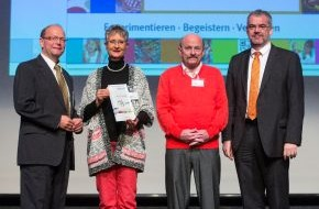 Chemie-Verbände Baden-Württemberg: Lehrerkongress der chemischen Industrie: Zwei herausragende Persönlichkeiten ausgezeichnet / Tausenden Schülern den Spaß an Naturwissenschaften vermittelt (FOTO)