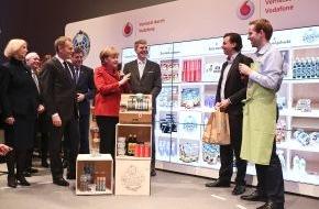 Vodafone GmbH: Eine gut gelaunte Bundeskanzlerin Dr. Angela Merkel informierte sich auf der CeBIT bei Vodafone über neue Möglichkeiten des stationären Einzelhandels durch Machine-to-Machine Kommunikation