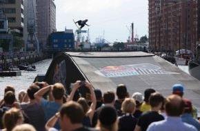 """Hamburg Tourismus GmbH: Die HafenCity Hamburg als Kulisse der weltbesten Wakeboarder beim """"Red Bull Rising High"""""""