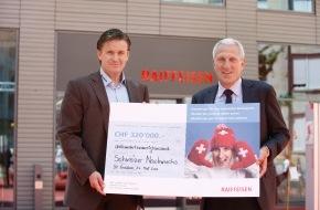 """Raiffeisen Schweiz: 320'000 Franken aus Raiffeisen-Fanaktion """"Hands-up"""" für Nachwuchs von Swiss-Ski"""
