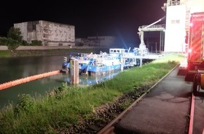 Feuerwehr Gelsenkirchen: FW-GE: Stadthafen Gelsenkirchen droht Frachtschiff zu sinken