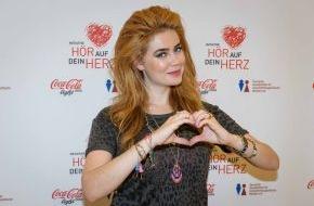 """Coca-Cola Deutschland: Zum Weltherztag ein Kompliment an alle Frauenherzen - Palina Rojinski und Coca-Cola light machen mit der Initiative """"Hör auf dein Herz"""" die Herzgesundheit von Frauen zum Thema"""
