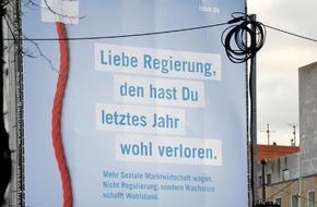 Initiative Neue Soziale Marktwirtschaft (INSM): Großplakat Unter den Linden / INSM zeigt Bundesregierung, wo der rote Faden hängt