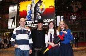 Stage Entertainment Berlin: Thomas Brussig begrüßt den 100.000sten bei HINTERM HORIZONT