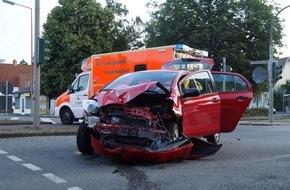 Freiwillige Feuerwehr Menden: FW Menden: Verkehrsunfall - Zwei PKW kollidieren im Kreuzungsbereich