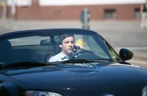 Dekra SE: 3 Prozent aller Autofahrer mit Handy am Ohr / Aktuelle DEKRA Erhebung zu Ablenkung am Steuer