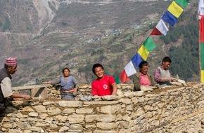 Helvetas: Un an après le tremblement de terre, le Népal se remet, en partie grâce à la coopération des oeuvres d'entraide suisses (IMAGE)