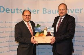 Deutscher Bauernverband (DBV): Landwirtschaft macht satt - Landwirtschaft macht Genuss - DBV-Präsident Rukwied übergibt Lebensmittelkiste an Bundeslandwirtschaftsminister Schmidt