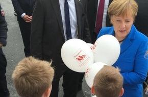 tomatomedical international UG (haftungsbeschränkt): Cebit-Rundgang: Kanzlerin Merkel kriegt Luftballons geschenkt - kleiner Albert macht auf Flüchtlingsapp iRefugee.de & Gesundheitsapp tomatomedical aufmerksam