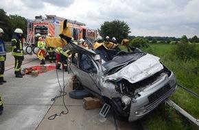 Feuerwehr Mönchengladbach: FW-MG: PKW-Fahrer eingeklemmt