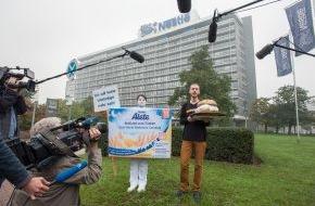"""foodwatch e.V.: foodwatch-Aktion bei Nestlé: Konzern lehnt Goldenen Windbeutel ab - """"Von Werbelüge und Gesundheitsgefährdung kann keine Rede sein"""" - foodwatch: Konzern dreht Eltern die lange Nase (FOTO)"""