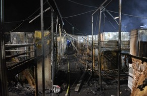 Feuerwehr Gelsenkirchen: FW-GE: Feuer zerstört Flüchtlingsunterkunft in Gelsenkirchen