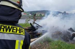 Feuerwehr Arnsberg: FW-AR: Arnsberger Feuerwehr löscht Flächenbrände an der Ruhr in Hüsten