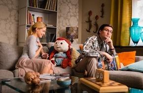 """SAT.1: Flotter Dreier mit Puppe: Die SAT.1-Komödie """"Meine allerschlimmste Freundin"""" mit Tom Beck, Laura Berlin und der voll animierten Puppe Bella am 17. März 2015 um 20:15 Uhr"""