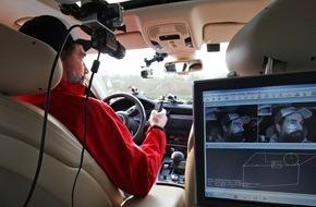 AUTO BILD: AUTO BILD-Servicetest: SMS-Tippen am Steuer birgt hohe Unfallrisiken