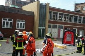 Feuerwehr Düsseldorf: FW-D: Hafen: Säure ausgetreten im ehemaligen Muskatorwerk - Feuerwehr im Dauereinsatz