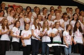 Heilsarmee / Armée du Salut: Choeur d'ados de l'Armée du Salut s'accompagnant d'une musique groovante et de Jonas de Takasa: Les «alive-teens» partiront en tournée par la Suisse du 22 au 27 juillet