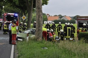 Freiwillige Feuerwehr Bedburg-Hau: FW-KLE: Verkehrsunfall auf der Triftstraße: Fahrer muss von der Feuerwehr befreit werden.