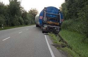 Polizeiinspektion Cuxhaven: POL-CUX: Doppelter Reifenplatzer sorgt für Vollsperrung der B 437 zwischen Wesertunnel und Stotel