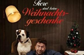 """PETA Deutschland e.V.: """"Tiere sind keine Weihnachtsgeschenke"""": Armin Rohde und sein Hund Ike für PETA / Schauspieler hat Bulldogge aus dem Tierheim adoptiert"""
