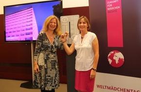 Plan International Deutschland e.V.: Welt-Mädchentag 2015: Plan stellt Bericht zur Situation von Mädchen auf der Welt bei Fachdialog im Entwicklungsministerium vor / Schauspielerin Marion Kracht startet bundesweite Beleuchtungsaktion